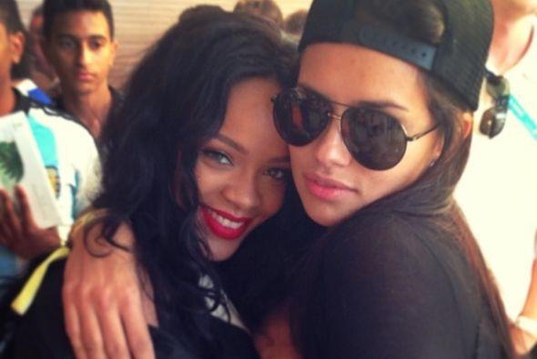 Adriana Lima con Rihanna. Mira aquí los videos más chismosos.