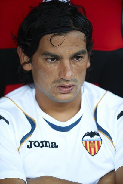 En la media cancha primero se encuentra el jugador del Valencia, Alberto...