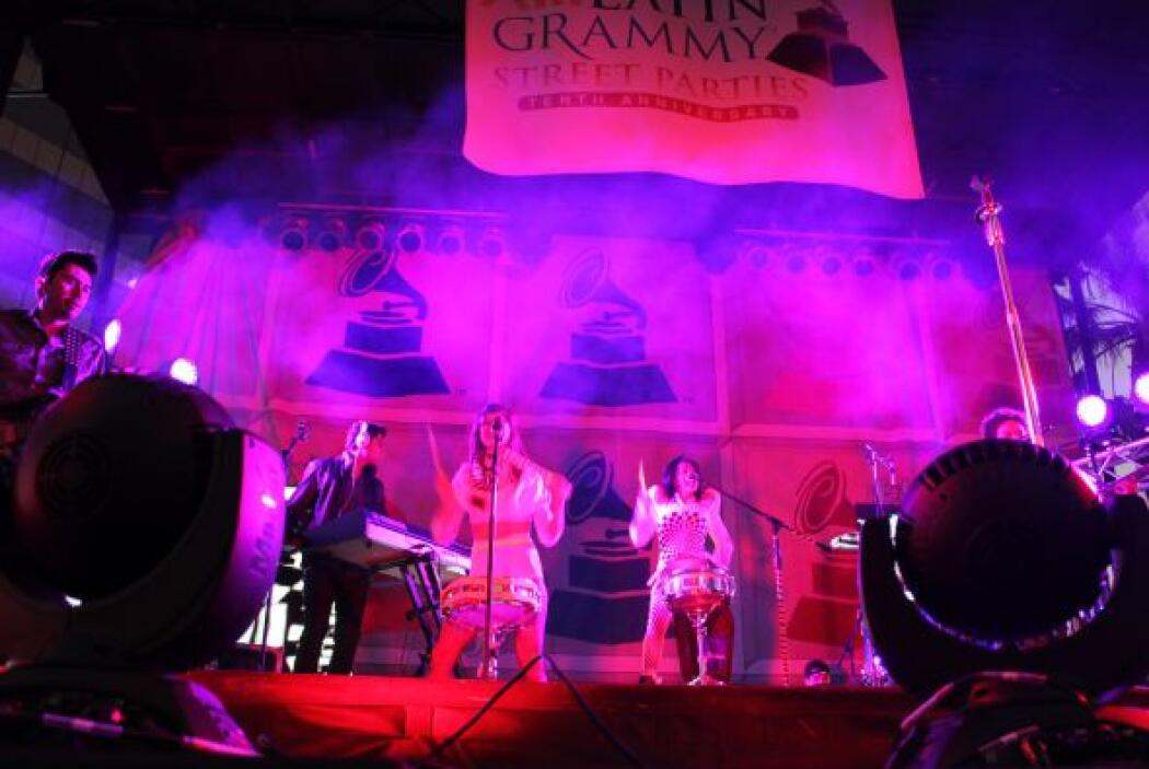 Llegó con sus músicos, su bailarina, humo, y luces de colores paar impre...