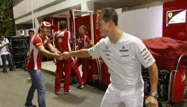 Jules Bianchi saludando Michael Schumacher.