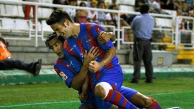 Rubén celebra el primer gol del Levante ante.