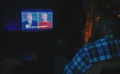En pantalla gigante se proyectó el debate que se originó en la universid...