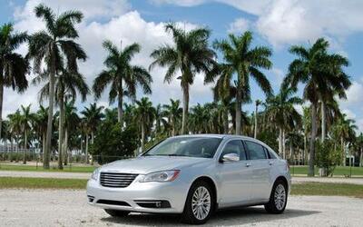 El Chrysler 200 viene con el nuevo motor Pentastar V6 3.6 litros con tra...