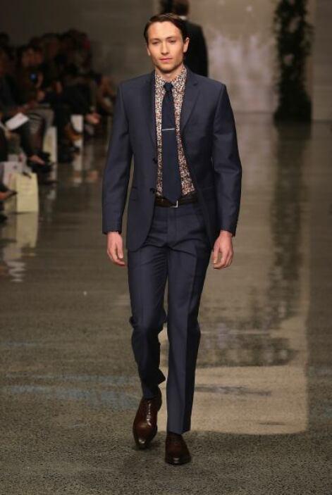 La tendencia es tomar lo clásico y reinventarlo, un traje oscuro y elega...