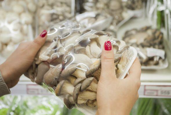 El plástico atrapa la humedad, que provoca moho en los hongos; el...