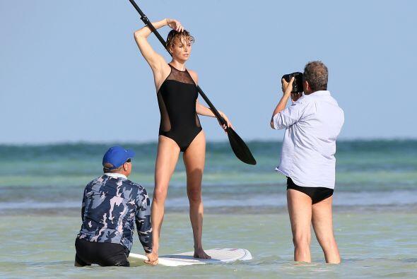 Aunque ese fotógrafo debió ponerse un traje de baño más larguito... Mira...