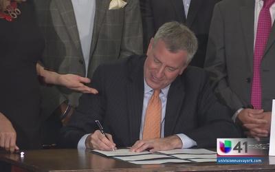 Alcalde firma Ley de Protección al Inquilino