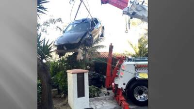"""Vehículo se """"estaciona"""" en el techo de una casa"""