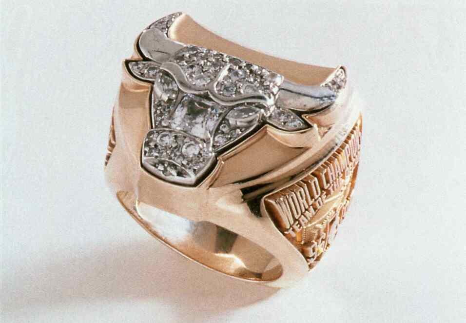El anillo de campeón de los Chicago Bulls de 1997 luego de derrotar a lo...