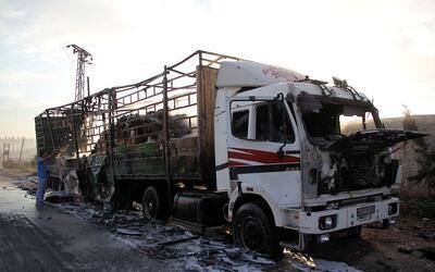 Uno de los camiones alcanzados con el bombardeo de este lunes sobre Siria
