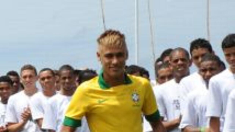 """Neymar apareció escondido entre decenas de """"Neymares"""" para desvelar la n..."""