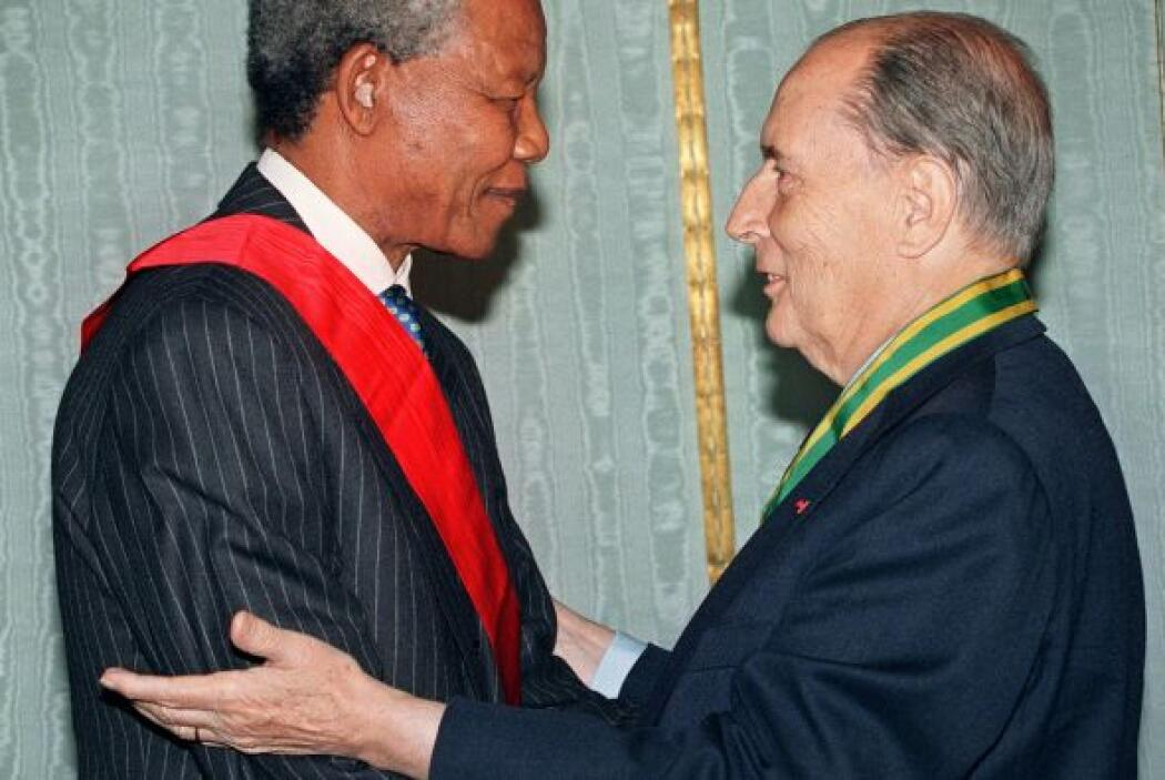 El expresidente francés, François Mitterrand, abraza a su homólogo sudaf...