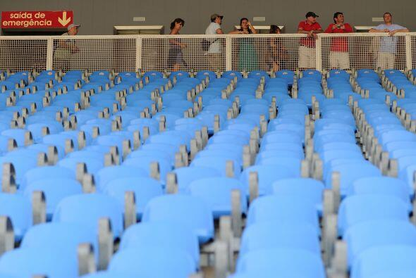 Los operarios empezaron a retirar los asientos azules situados en la gra...