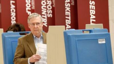 En Kentucky el senador saliente Mitch McConnell, de 72 años, enfrenta a...