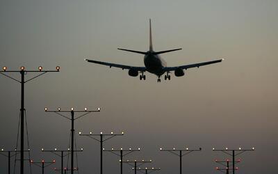 Un avión de Aeroméxico y un camión de servicio chocan en el Aeropuerto d...