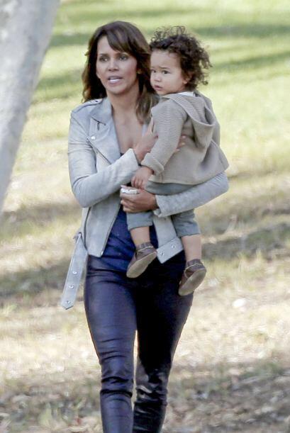 Halle Berry cargando al pequeño Maceo