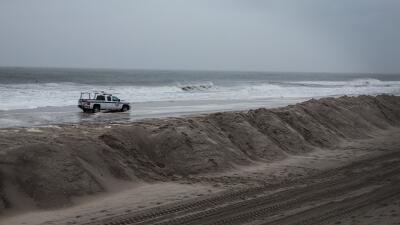 Presencia policial en la costa de Long Beach. (Imagen de Archivo).