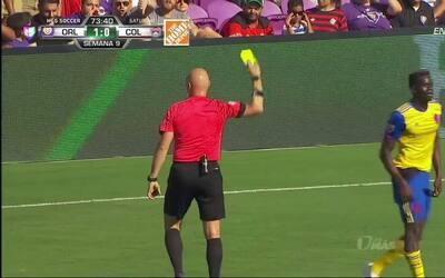Tarjeta amarilla. El árbitro amonesta a ${PLAYER} de Orlando City SC