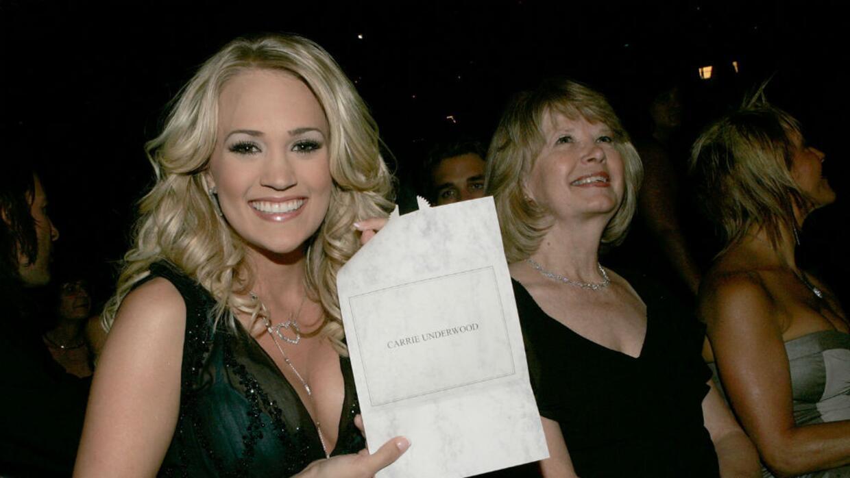 La cantante de country Carrie Underwood recibe el premio Country Music A...