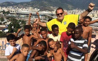 Aquí, Raúl se reunió con la gente de las favelas, quienes parece que tem...