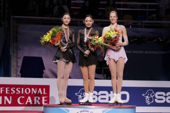 Sonrisas de campeonas, las tres ganadoras de la noche en el podio, Yuna...