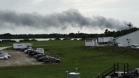 Una columna de humo asciende del lugar donde ocurrió una explosi&...