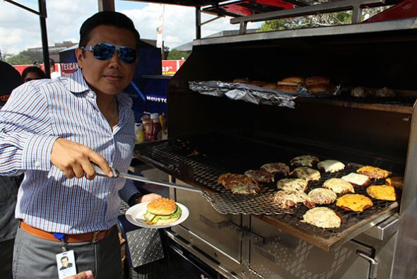 El dia de las Hamburguesas con El show de Raul Brindis!