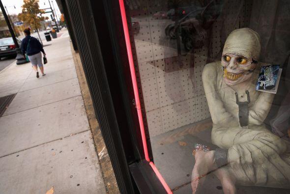 En los aparadores podemos ver terroríficas figuras que pueden asustar a...