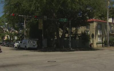 Policía de Miami Beach busca a dos sospechosos de asaltar a un barbero d...