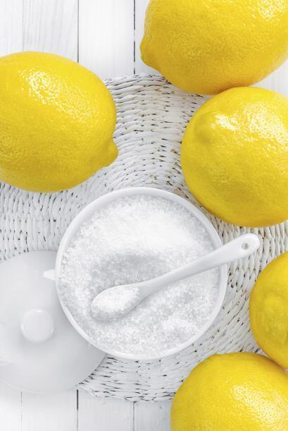 Suaviza el azúcar morena. Agrega una rebanada de cáscara de limón (sin p...
