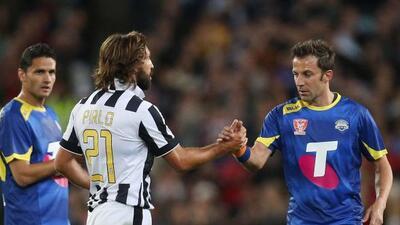 Pirlo y Del Piero, dos históricos italianos, saludándose.