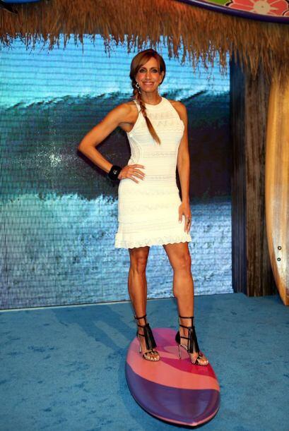 Lili Estefan sabe muy bien lo que tiene y así nos deja ver sus piernas l...