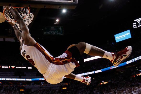 Nos despedimos con este espectacular clavada de LeBron James.