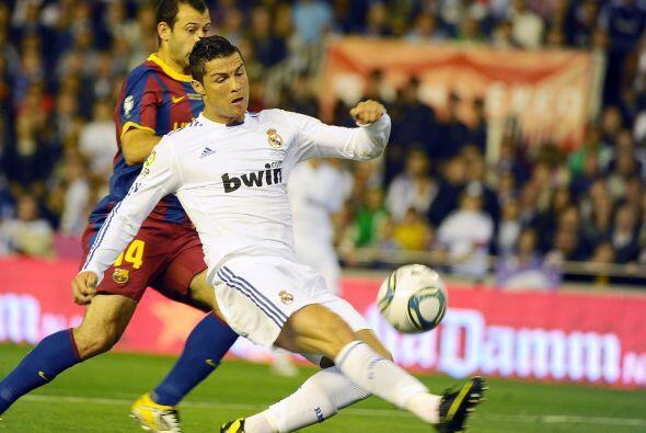 Pero el balón le quedó muy largo al portugués, cuando ya se había quitad...