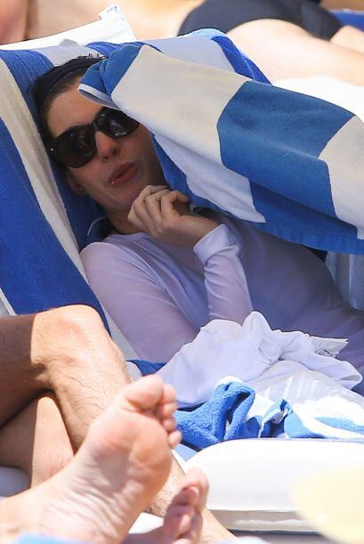 Al final decidió ocultarse de los demás bajo esas toallas....
