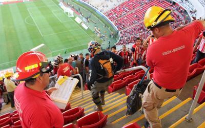 Así se retiró la serpiente que se coló al Estadio de Chivas