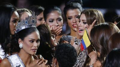 Momento de la entrega de la corona a Miss Filipinas