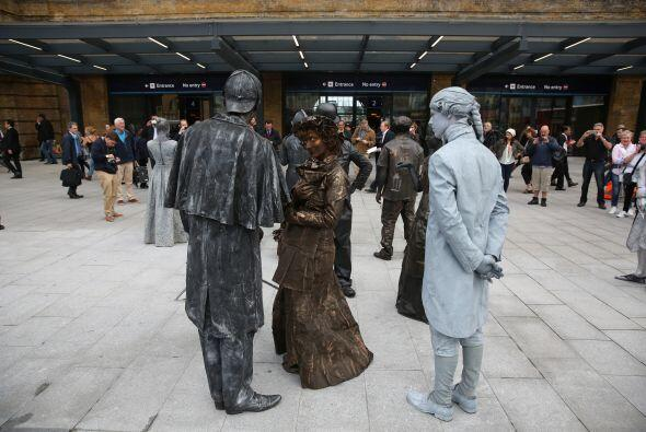 Disfrazadas de estatuas victorianas entretienen a los miembros del p&uac...