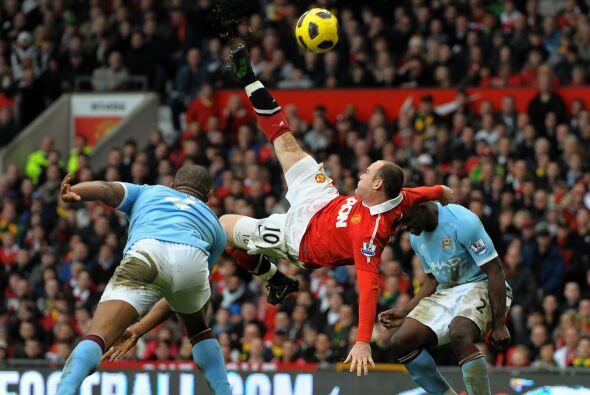 Nani tiró un centro al medio del área y Rooney no dudó. Se elevó en medi...