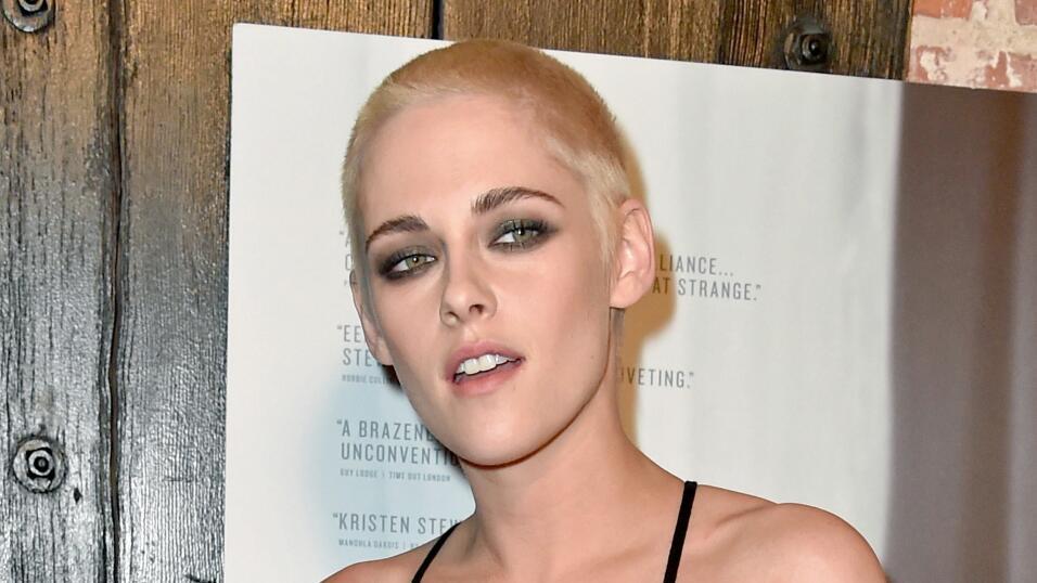 Kristen Stewart debutó un nueva imagen en el estreno de la pel&ia...
