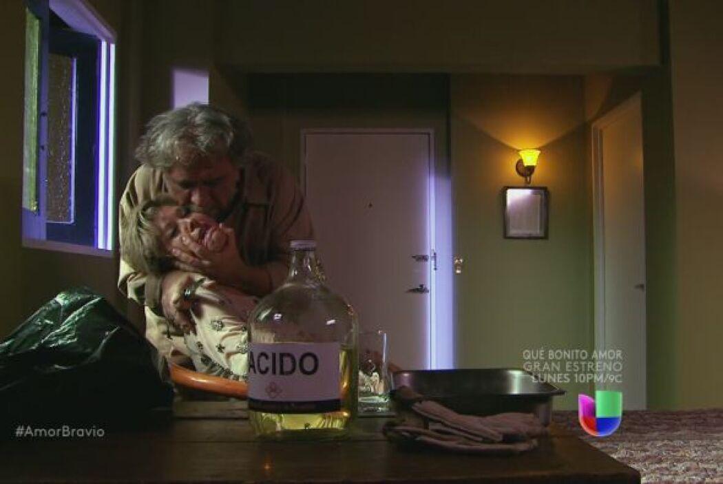 Leoncio está dispuesto a destrozar a Isadora, tiene una botella de ácido.