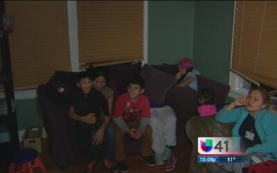 Familias inmigrantes liberadas de centros de detención son trasladados a...
