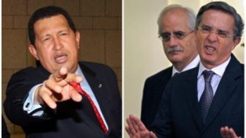 El presidente de Venezuela, Hugo Chávez, y el ex presidente de Colombia,...