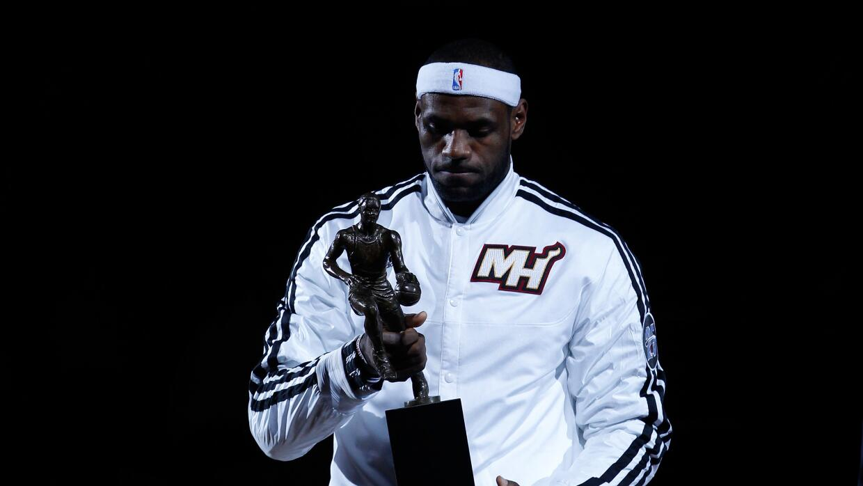 Lebron James recibiendo su premio con el Miami Heat.