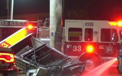 Un conductor choca contra una estación de gasolina y provoca un fuerte i...