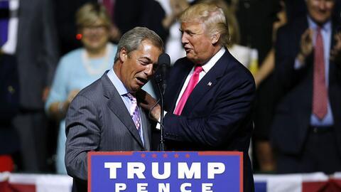 Nigel Farage endosando su apoyo a Donald Trump en un acto de campaña
