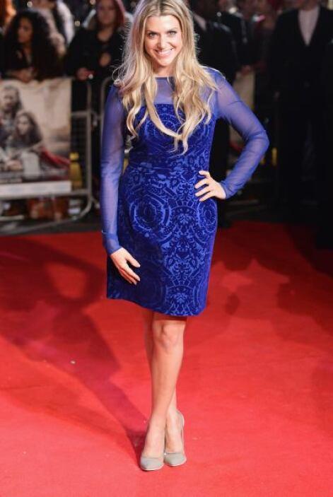 Anna Wiliamson brilló al igual que su hermoso vestido azul con transpare...