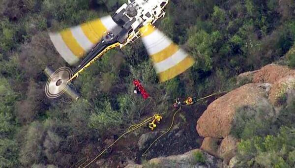 Rescate en helicóptero a reclusa herida en un incendio en California