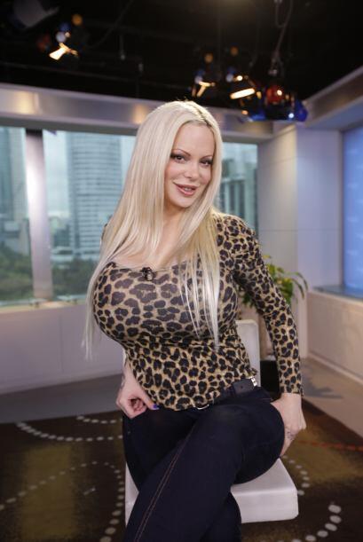 Sabrina llegó con una blusa muy entallada presumiendo sus encantos.