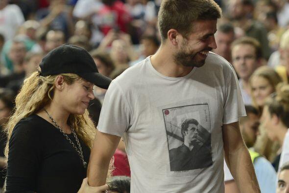 Shakira usó una blusa negra y muy holgada.